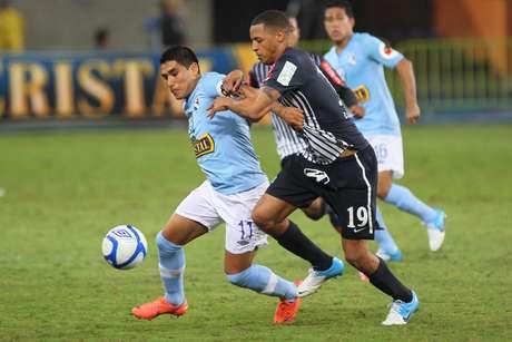 Cristal terminó jugando con 10 hombres por la lesión de Oscar Vílchez.