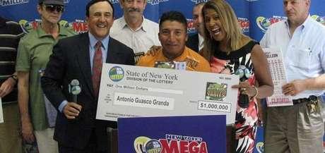 Guasco Granda festejó con sus amigos. Ahora piensa comprarse una casa.