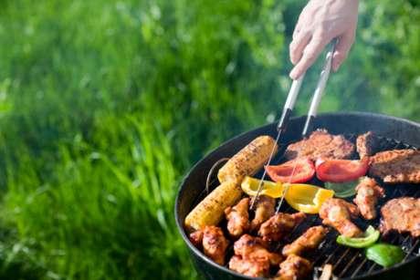 Controlar o consumo de bebidas, optar por carnes magras e apostar em vegetais na grela são algumas das dicas do site