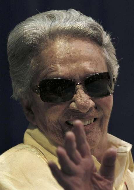 En esta foto del 18 de junio del 2011, Chavela Vargas saluda durante un evento en su honor en la Ciudad de México. La cantante mexicana nacida en Costa Rica falleció el domingo 5 de agosto del 2012 en un hospital en la ciudad de Cuernavaca, al sur de la capital, donde había estado internada una semana con problemas respiratorios y cardíacos. Tenía 93 años.