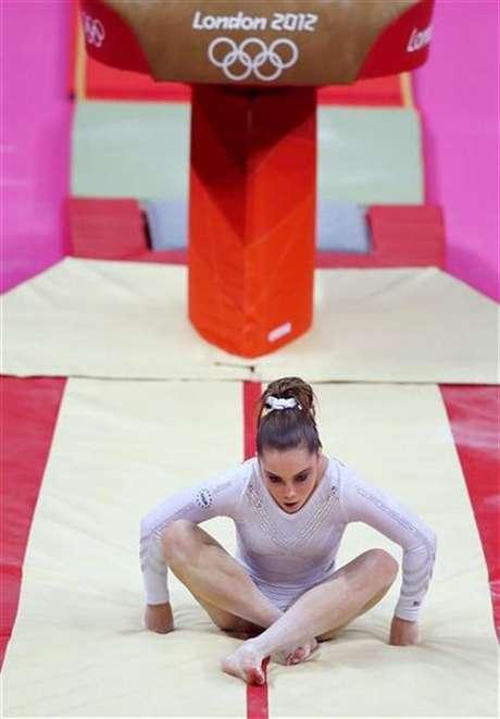 La rumana Sandra Izbasa dio un disgusto a la estadounidense favorita para hacerse con el oro, McKayla Maroney, en la final de salto de gimnasia artística de los Juegos Olímpicos de Londres el domingo. En la imagen, Maroney tras fallar en uno de sus saltos, el 5 de agosto de 2012.