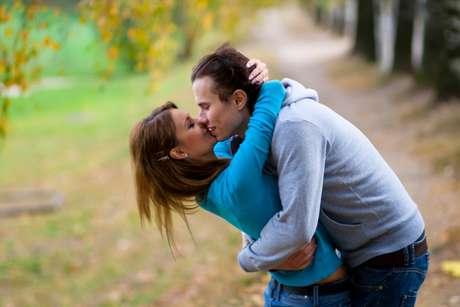 El hombre no hizo más que besar a su mujer en la puerta de un templo. Por eso lo detuvieron.