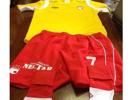 Así será el uniforme de Independiente Santa Fe para este miércoles, aunque cabe decir que en la camiseta faltan los patrocinadores, la séptima estrella y el escudo de Bogotá.