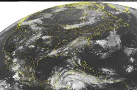 En esta imagen satelital de la Administración Nacional para el Océano y la Atmósfera de Estados Unidos del martes 7 de agosto. 7, 2012 a la 01:45 de la madrugada  EDT se ve a la tormenta tropical Ernesto que se prevé se convierta en huracán al norte de Belice el martes por la noche.