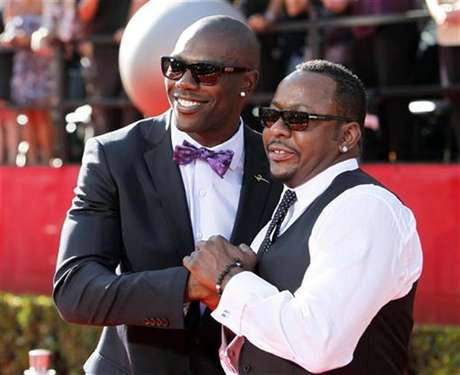 NFL wide receiver Terrell Owens (L) and singer Bobby Brown arrive at the 2010 ESPY Awards in Los Angeles, California July 14, 2010.