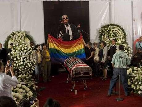 La bandera multicolor, representativa del gremio LGBT, fue colgada detrás del féretro de Chavela Vargas.