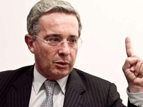 """""""Espero que el general Santoyo diga al juez si recibió mal ejemplo, siquiera indebida insinuación de sus comandantes, ministros o de mi persona"""", dijo el expresidente Álvaro Uribe en la red social de Twitter."""