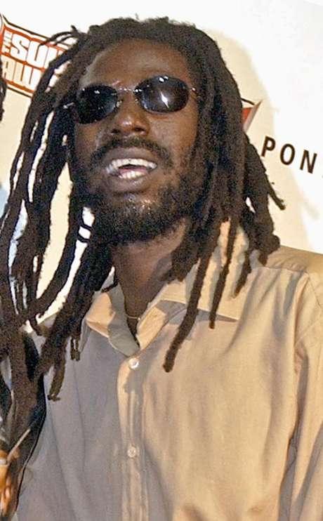El cantante de reggae  jamaiquino Buju Banton en la entrega de los premios Source Hip-Hop Music en Miami en una fotografía de archivo del 13 de octubre de 2003. Un juez federal negó a Banton la solicitud de un nuevo juicio argumentando que no es necesario por que existe un fallo previo de una corte de apelaciones. El cantante de reggae fue declardo culpable de asociación delictuosa y tráfico de cocaína el 22 de febrero de 2011 y cumple con una sentencia a 10 años de prisión.