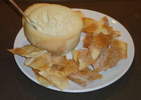 Apesar da casca firme, é um queijo muito cremoso no interior, lembrando a textura de requeijão