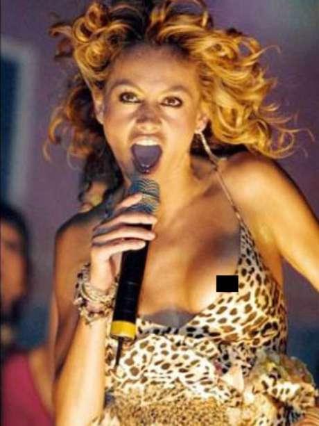 Paulina Rubio pasó la pena del siglo, pues mientras divertía al público con sus canciones, se le movió la escotada camiseta que cubría su piel, no dejando nada a la imaginación.