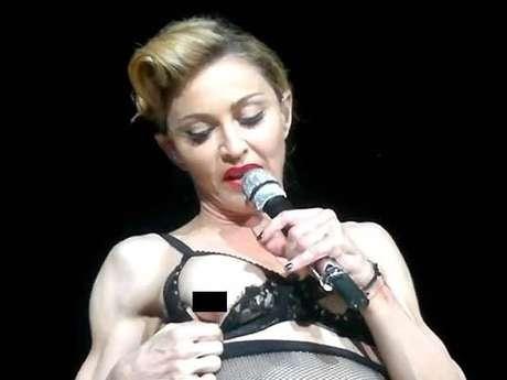 """Madonna, cantando el tema """"Human Nature"""", se despojó de un saco blanco, para posteriormente quitarse un accesorio de su traje color negro, luego la diva jugó con el tirante de su sostén y por unos instantes sacó su seno, lo que desencadenó la euforia del público en Estambul."""