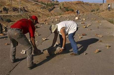 Imagen de archivo de unos mineros sindicalistas bloqueando el acceso a la mina Cananea en Sonora, México, jun 9 2010. Cuando el sindicato minero de México fue acusado de pedir 100 millones de dólares para levantar una huelga en la mayor mina de cobre del país hace cinco años, las viejas sospechas de vicios y excesos en los gremios volvieron a salir a la luz.