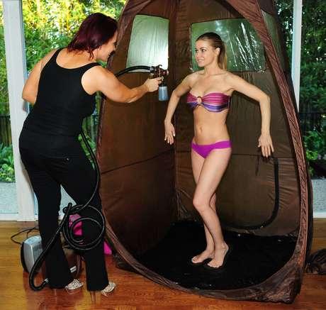 A atriz, modelo e cantora Carmen Electra mostra suas curvas durante sessão de bronzeamento
