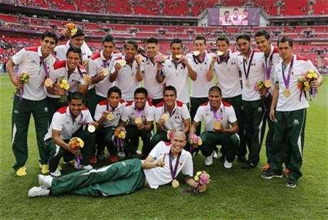Los integrantes de la selección mexicana de fútbol celebran en el estadio de Wembley tras ganar la medalla de oro en los Juegos de Londres. Ago 11, 2012.