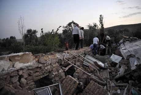 El primer sismo, de intensidad 6,2 y con epicentro en Ahar, se produjo a las 7:23 a.m. El segundo tuvo lugar poco después en Varzeghan, a las 7:34 a.m, y fue de intensidad 6.