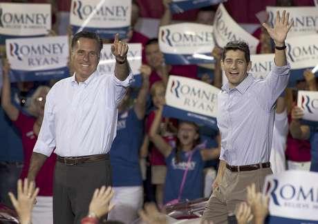 El aspirante republicano a la presidencia Mitt Romney, izquierda, y su compañero para vicepresidente, el legislador Paul Ryan, llegan a un acto de campaña el domingo 12 de agosto de 2012 en Carolina del Norte.