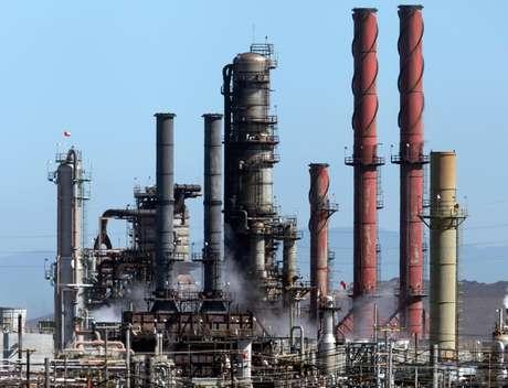 Una nube blanca sale de la refinería de la compañía Chevron durante un fuego controlado el martes 7 de agosto de 2012, un día después del incendio tóxico en Richmond, California. Las autoridades federales que investigan la causa del incendio en la refinería se enfocan en la posible corrosión en una tubería instalada hace décadas que la compañía inspeccionó el año pasado pero no reemplazó, dijeron investigadores federales a The Associated Press el sábado 11 de agosto.