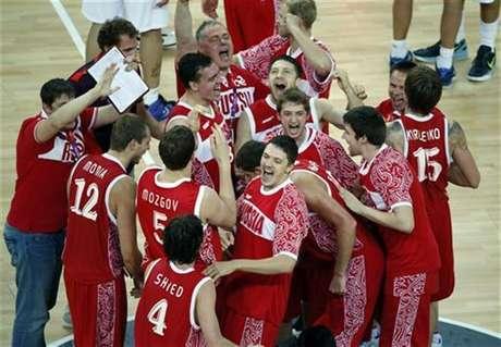 Los jugadores de la selección rusa de baloncesto celebran el domingo tras conquistar la medalla de bronce al superar a Argentina en los Juegos Olímpicos de Londres. Ago 12, 2012.