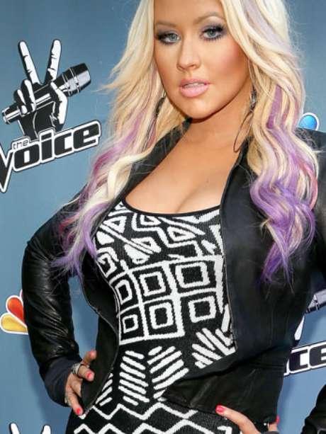 """Christina Aguilera llegó a un cocktail organizado por NBCUniversal para promocionar el programa """"The Voice"""", luciendo un matador escote, que la hizo ver, a pesar de estar un poco pasada de peso, totalmente divina, provocativa y sensual. Además de irradiar pasión en la entrada al evento, en el que también hubo una rueda de prensa, la estrella compartió una velada amena con sus compañeros en el show, notándose que hay una química grande entre todo el equipo."""