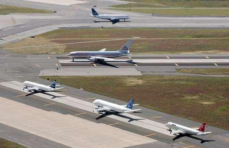 Aviones en pistas del Aeropuerto Internacional John F. Kennedy en Nueva York en una fotografía del 8 de septiembre de 2008.