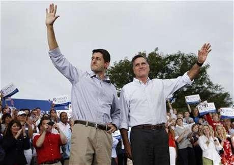 El candidato republicano a la presidencia de Estados Unidos, Mitt Romney, y el congresista Paul Ryan, a quien escogió como candidato a la vicepresidencia, saludan a partidarios en Waukesha, Wisconsin.