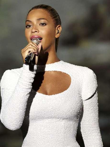 Beyoncé vistiendo un ceñido traje blanco, que resaltó lo mejor de sus curvas, subió la temperatura mientras actuaba en un lugar de Nueva York desacostumbrado a este tipo de shows: El salón de la Asamblea General de Naciones Unidas.