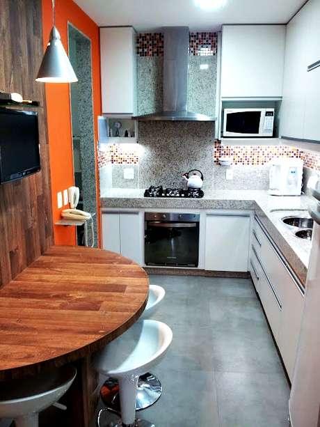 Ao reformar a cozinha, a arquiteta Regina Segura criou um espaço ideal para fazer comida e para um bate-papo entre amigos