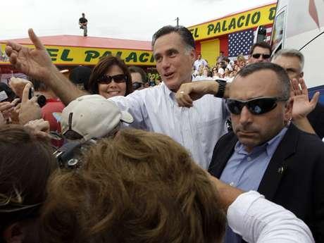 El aspirante presidencial republicano Mitt Romney saluda a simpatizantes de su campaña en un acto en el restaurante El Palacio de los Jugos, en Miami.