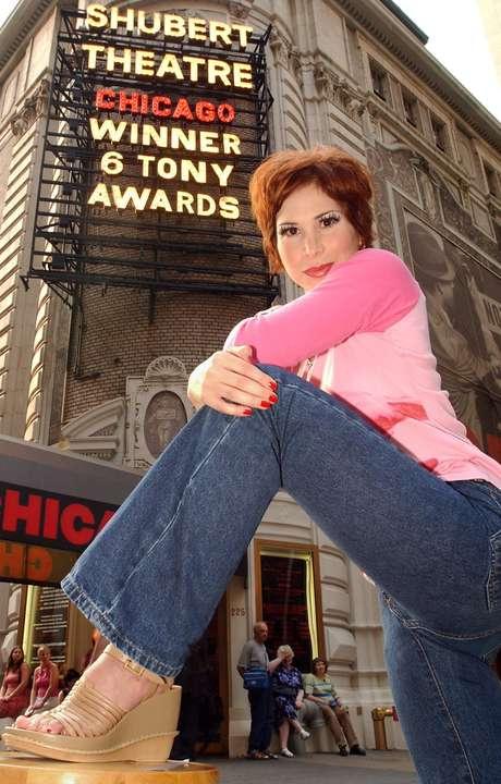 """En esta foto de archivo del 25 de junio del 2002, la actriz mexicana Bianca Marroquin posa frente al Teatro Shubert en Nueva York previo a su actuación en el musical """"Chicago"""". Marroquín está celebrando sus 10 años en Broadway, donde debutó el 18 de junio del 2002 como Roxie Hart en """"Chicago"""", convirtiéndose en la única latina hasta el sol de hoy en desempeñar dicho papel."""