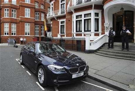 Un grupo de policías custodia la entrada de la embajada de Ecuador en Londres.