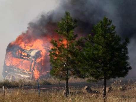 Un incendio forestal que se propaga rápidamente en el centro del estado de Washington ha quemado al menos 60 casas y forzado el desalojo de cientos de personas, informaron las autoridades.