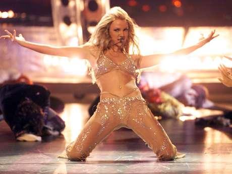 """Britney Spears realizó una alucinante presentación, dando la impresión de estar ligerita de ropa, en los """"MTV Video Music Awards del 2000""""."""