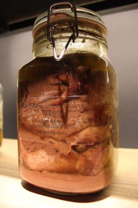 Jarra contendo Pla-Ra, conserva de peixe, utilizada na receita de curry
