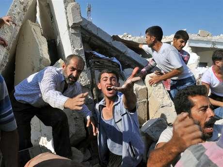 Un joven sirio pide ayuda para sacar a sus familiares atrapados entre los escombros de su casa.