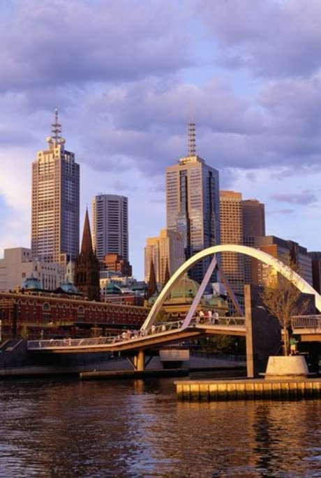 El último estudio de The Economist indica que Melbourne, Australia, encabeza la lista como la mejor ciudad a nivel mundial por su alta calidad de vida. Esta ciudad destaca por su demografía mediana, una densidad de población relativamente baja y por su aplio abanico de actividades recreativas.