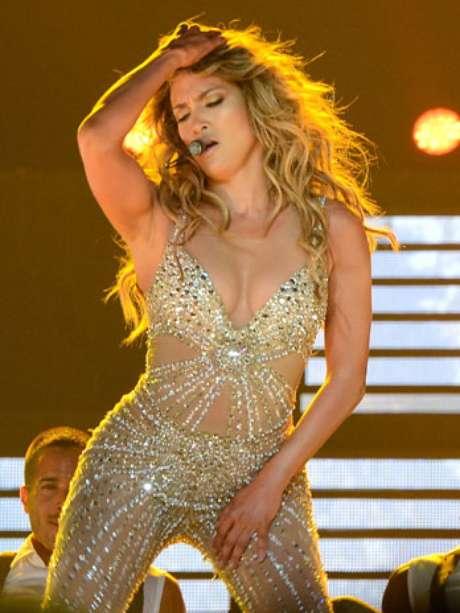 Jennifer López subió la temperatura del Staples Center de Los Ángeles, al tocarse bien sugerente durante un concierto, que forma parte de la gira que actualmente realiza al lado de Enrique Iglesias.