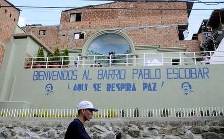"""""""Bienvenidos al barrio Pablo Escobar. ¡Aquí se respira paz!"""", reza el desconcertante mural que preside la entrada al barrio que fundó el jefe del cartel de Medellín para acoger a personas que malvivían en un vertedero, en plena campaña para ser elegido como representante en el Congreso de la República en 1982."""