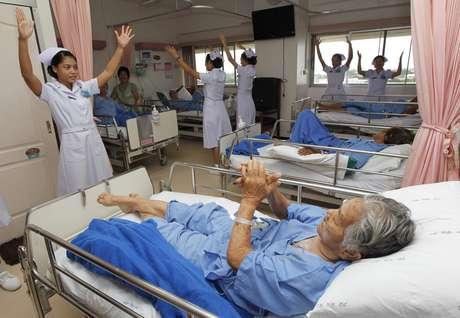 """Fotografía disponible este 17 de agosto de 2012 muestra una imagen a baja velocidad de enfermeras tailandesas practicando un baile como parte del proyecto """"Sonrisas y Felicidad para los Pacientes"""" en el Colegio Real de la Fuerza Aérea Tailandesa en Bangkok, Tailandia. Un grupo de enfermeras tailandesas practicando un baile como parte del proyecto """"Sonrisas y Felicidad para los Pacientes"""" en el Colegio Real de la Fuerza Aérea Tailandesa en Bangkok, Tailandia. La idea del proyecto es entretener y dar alegría a los pacientes que son internados en los recintos hospitalarios."""