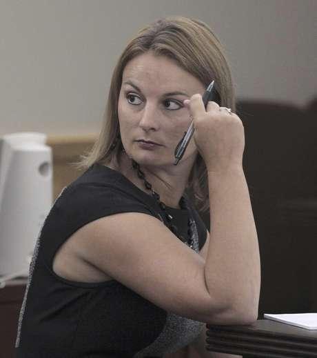 La ex maestra de inglés de la secundaria de Kennedale, Brittni Nicole Colleps, de 28 años, fue declarada culpable de tener sexo en su casa durante dos meses con cinco estudiantes. El jurado emitió su decisión el viernes 17 de agosto de 2012. En la imagen, la procesada durante un receso en el juicio en su contra en Fort Worth, Texas, el martes 14 de agosto.