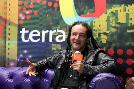 Dilson Díaz, líder y vocalista de La Pestilencia, estuvo en las instalaciones de Terra Colombia hablando de su banda, su vida personal y del rock que se hace en nuestro país días previos a su presentación en Bogotá en el marco de su tour nacional 2012.  A continuación presentamos las frases más memorables del rockero colombiano en su visita al videochat de Terra.