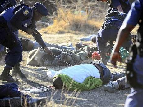 La violencia regresó a Sudáfrica en medio de una protesta sin precedentes de mineros excavadores de platino que fueron reprimidos a tiros por las fuerzas del orden. El saldo: 34 trabajadores muertos y casi 80 lesionados, confirmó la policía sudafricana.