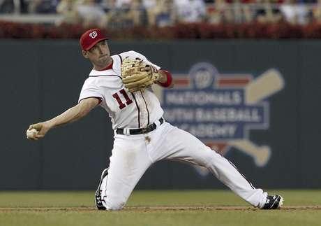 El tercera base de los Nacionales de Washington Ryan Zimmerman lanza para sacar a Kelly Shoppach de los Mets de Nueva York durante el segundo episodio del partido del viernes 17 de agosto de 2012, en Washington.