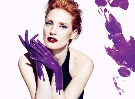A atriz aparece no papel de uma artista plástica e, por isso, suas mãos estão cobertas por uma tinta roxa, mesmo tom usado no frasco do perfume