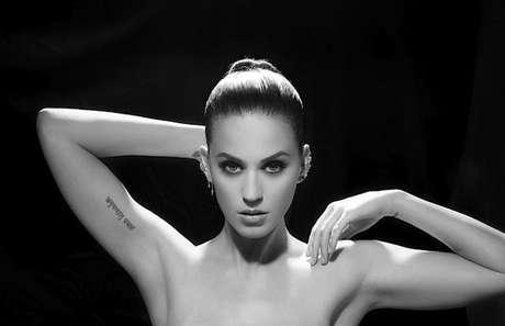 Katy aparece de topless cobrindo os seios apenas com os braços