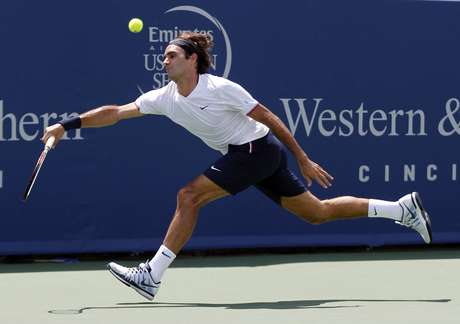 Roger Federer of Switzerland hits a return to Novak Djokovic of Serbia in their championship match at the men's Cincinnati Open tennis tournament in Cincinnati, Ohio August 19, 2012.  REUTERS/John Sommers II   (UNITED STATES - Tags: SPORT TENNIS)