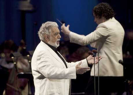 En una fotografìa proporcionada por el Hollywood Bowl, el tenor español Plácido Domingo, a la izquierda, y el director venezolano Gustavo Dudamel ofrecen un concierto en Los Angeles el domingo 19 de agosto del 2012.