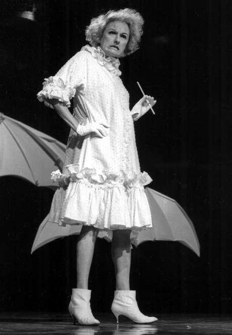 La comediante Phyllis Diller en una fotografía sin fecha. Diller, la ama de casa convertida en humorista que solía hacer los mejores chistes sobre ella misma, murió el lunes 20 de agosto de 2012 en Los Angeles. Tenía 95 años.