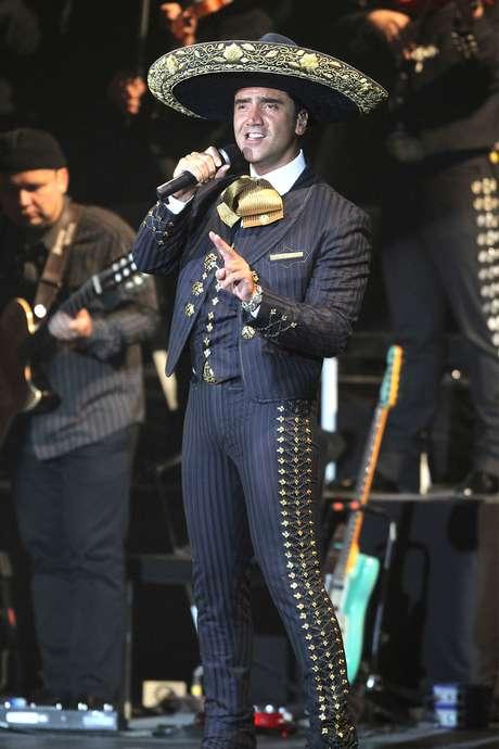 """A Alejandro Fernández le falló la memoria en la edición número 10 de los Premios Billboard de la Música Latina, ya que mientras entonaba el hit """"Te Voy Perder"""", olvidó dos frases del emblemático tema."""