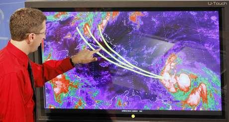 Los expertos en el Centro de Huracanes en Miami siguen con atención el posible recorrido de Isaac, que podría ser huracán el jueves.