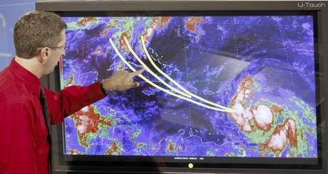 El doctor Rick Knabb, director del Centro Nacional de Huracanes, muestra algunas de las posibles trayectoria que tomaría la tormenta tropical Isaac en los próximos días.